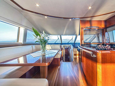 Spacious saloon with dining area and kitchen