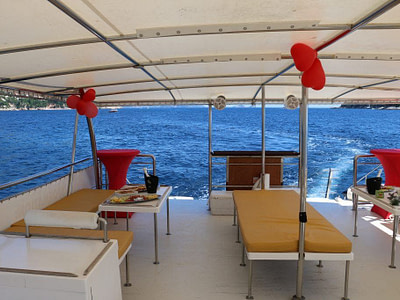 Lounge chairs and red balloons on a pontoon boat