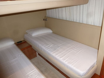 Cabin with two single beds on a Ferretti 480 yacht