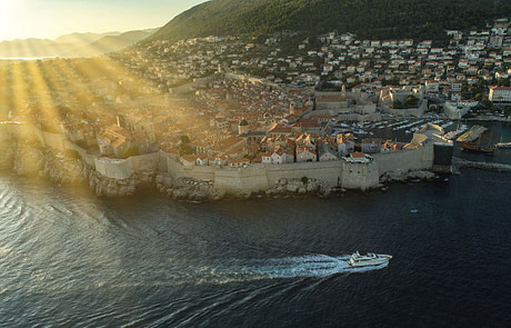 Salt yacht driving by the city walls of dubrovnik, croatia